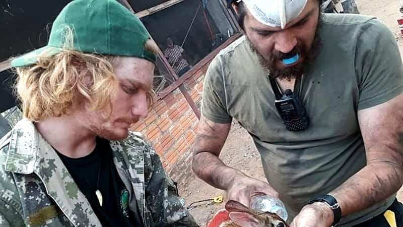 Veterinář Sebastian Franc ze Společnosti Laguna a Danilo, pracovník paraguayské stanice Urutau při záchraně zvířat.