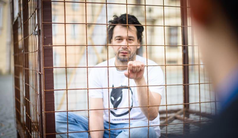 I známý herec Pavel Liška se nechal zavřít do klece, aby podpořil zákaz kožešinových farem.