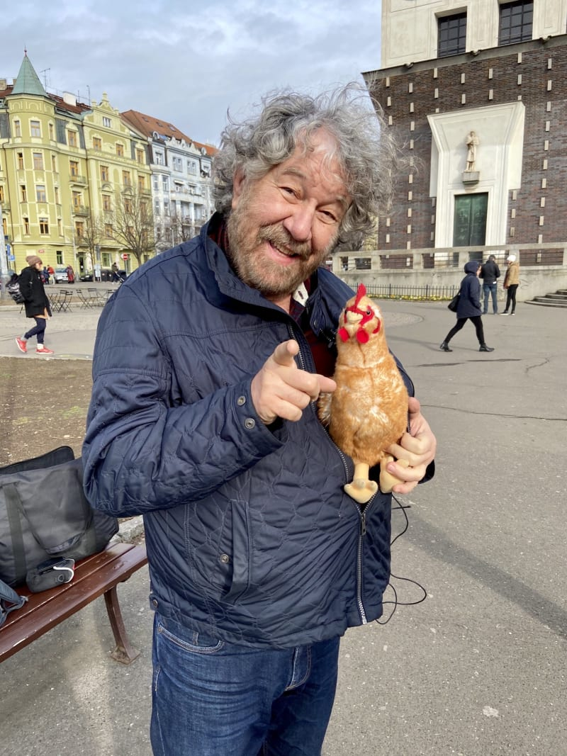 Pan Troška je vtipnej štramák plnej elánu a dostal mě příběhem o jeho slepici Pepině.