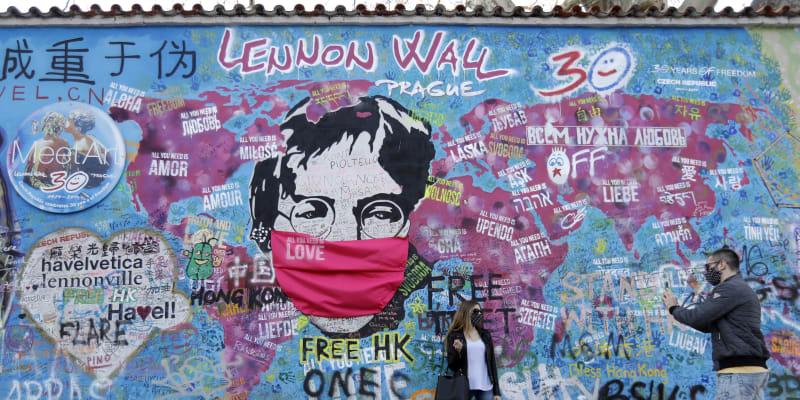 Lennonova zeď v Praze připomíná například texty slavného zpěváka.