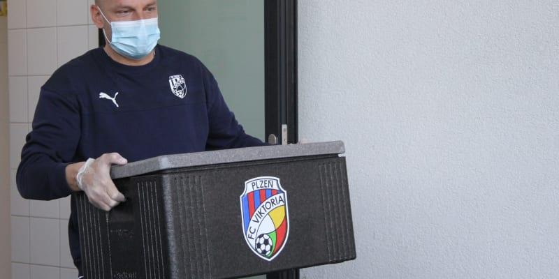 Do rozvozů se zapojil i trenér Adrián Guľa