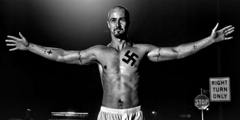 Kult hákového kříže popisuje vztah dvou bratrů mezi sebou a k rasismu.