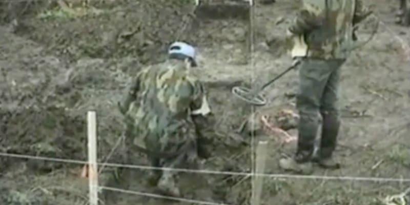 Prvotní ohledání místa možného masového hrobu na farmě Ovčara v roce 1992