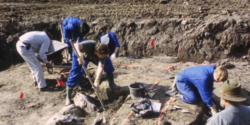 Práce na odstraňování zeminy z masového hrobu na farmě Ovčara v roce 1996. K masakru nedaleko Vukovaru došlo v listopadu 1991.
