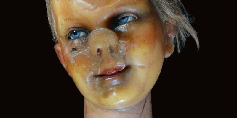 """Muzeum strachu z kanadské Alberty se pochlubilo voskovým """"krasavcem"""". Tento dětský manekýn pochází z počátku 19. století z Německa. Děsivé znetvoření mu způsobilo to, že léta ležel obličejem dolů na sluncem vyhřívané půdě."""