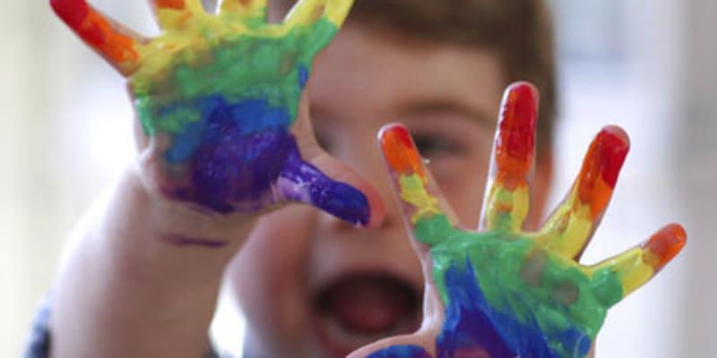 Princ Louis má na fotkách ruce od barev.