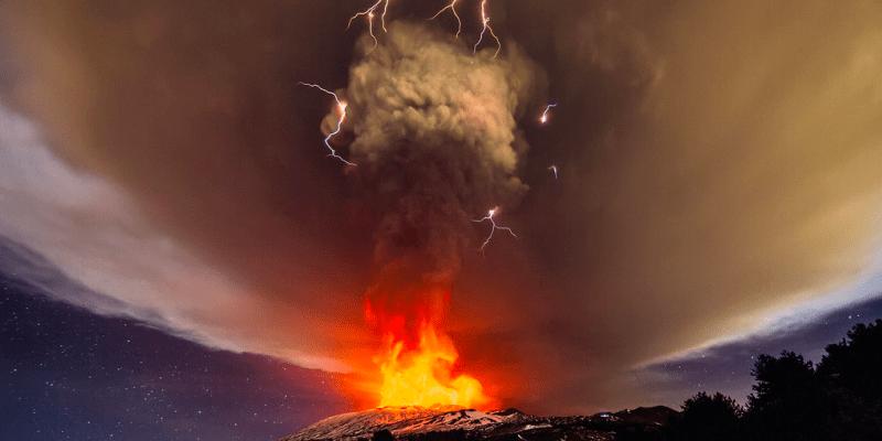 Špinavé bouřky vzniknou, když se po erupci ve vzduchu srazí částice sopečného popela. Jevu se někdy říká sopečný blesk