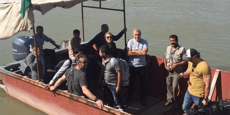 Tim Lister při plavbě přes řeku Tigris mezi Tureckem a Irákem