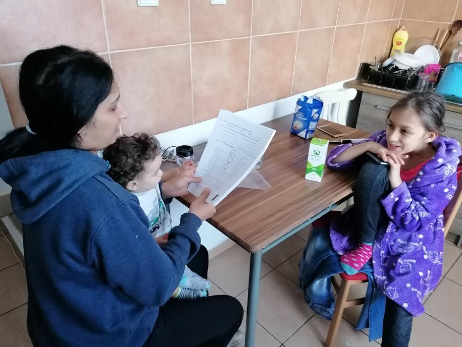 Lucie Botošová se učí s dcerou a zároveň se stará o batole
