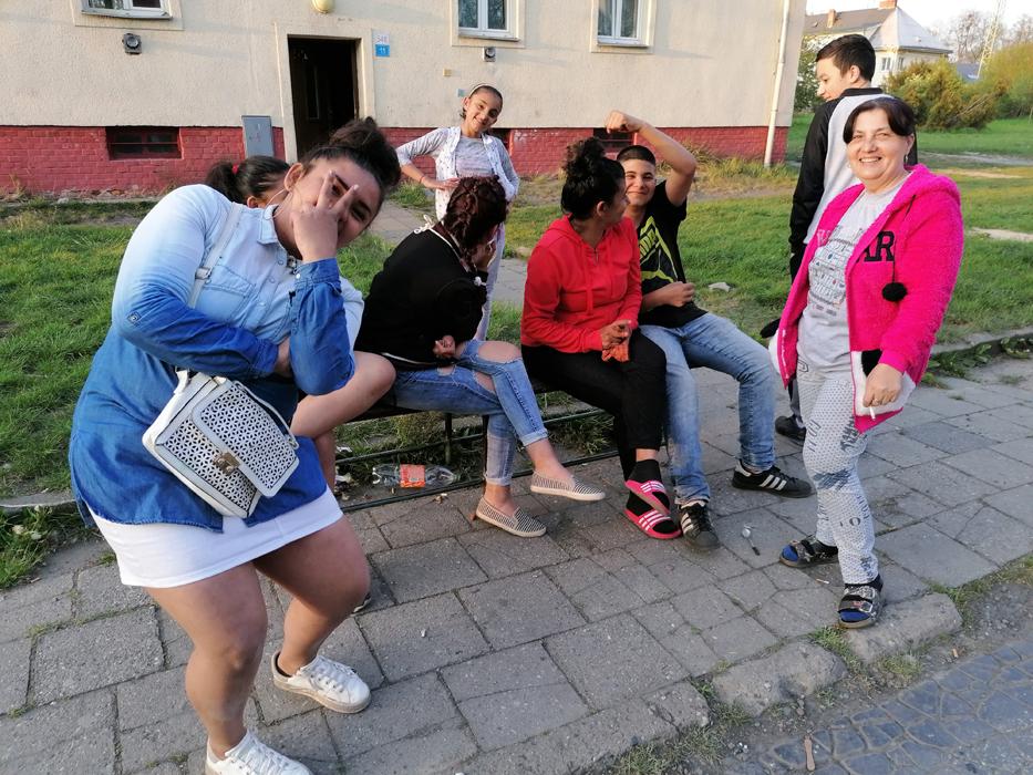 Valerie Podraná (vpravo) káže o vzniku pandemie ve vyloučené lokalitě v Ostravě-Kunčičkách