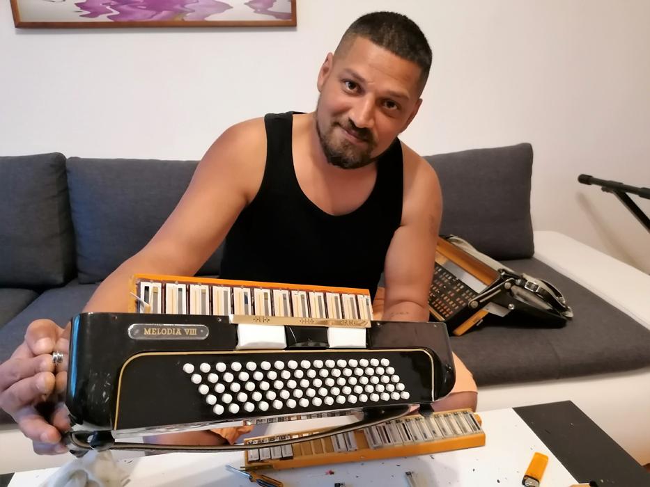 Vasil Karala opravuje harmoniku