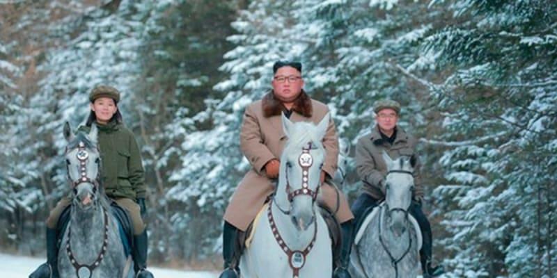 Kim Čong-un v říjnu 2019 na posvátné hoře Pektusan. Kim Jo-čong vlevo.