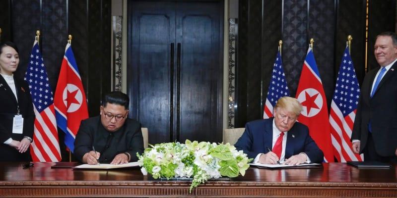 Summit Kim Čong-una a Donalda Trumpa v červnu 2018. Kim Jo-čong a ministr zahraničních věcí USA Mike Pompeo přihlížejí podpisu dohody mezi státníky.