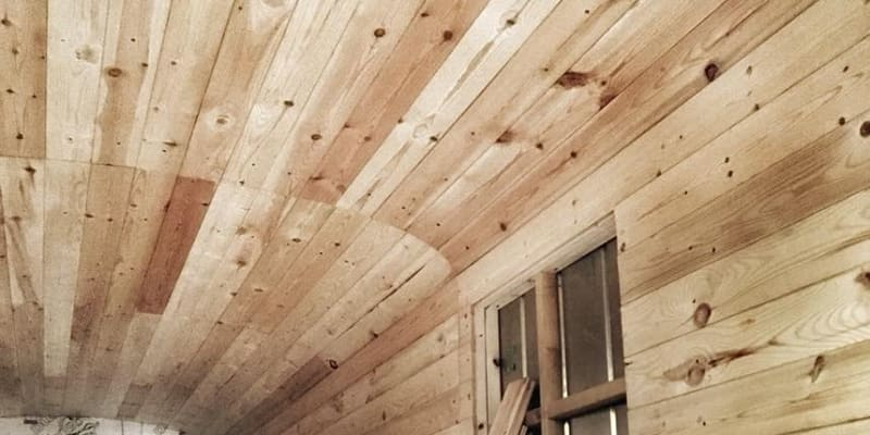 Obložení je dřevěné.