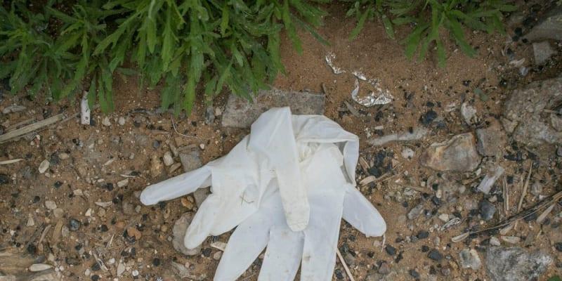 V libanonském Bejrútu lidé odhazují plastové rukavice na zem.