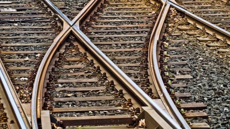 Na Benešovsku se srazil vlak s autem, řidička vozu zemřela