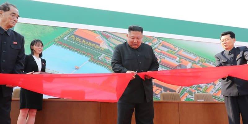 Kim Čong-un při otevření továrny na hnojiva 1. května