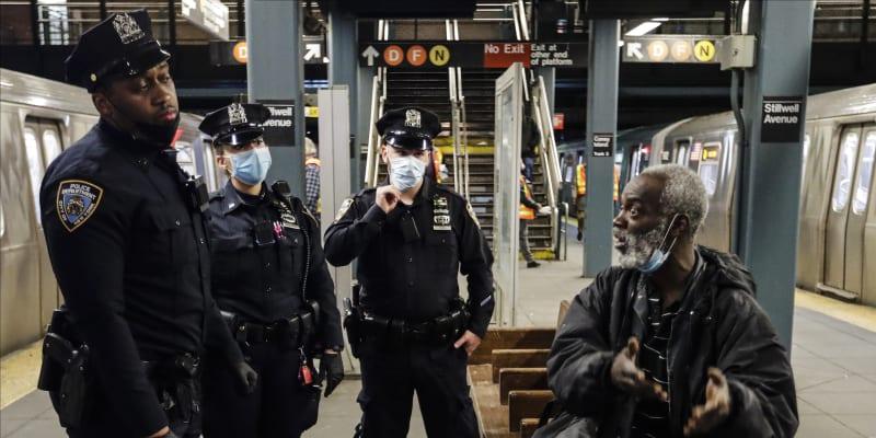 Policisté upozorňují muže ve čtvrti Brooklyn, že stanice metra jsou během dezinfekce a čištění uzavřeny