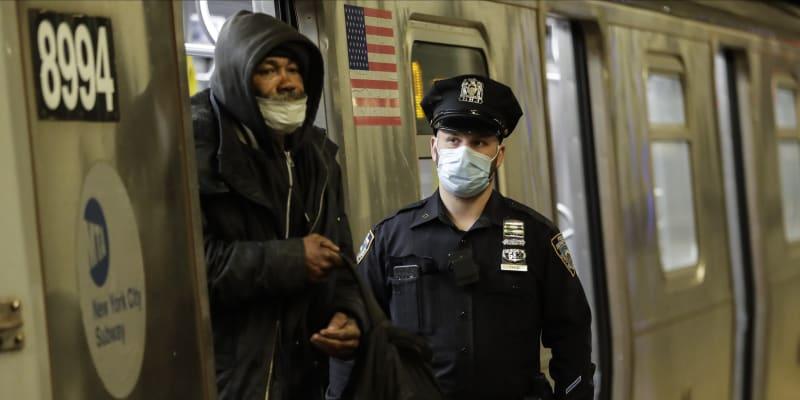 Policie během uzavírky vyvádí muže z metra v newyorské čtvrti Brooklyn