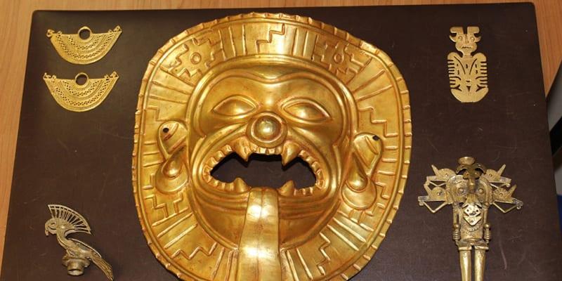 Vzácnou zlatou masku z Tumaca objevili policisté ve Španělsku.