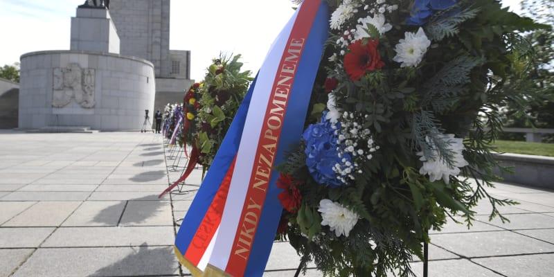 Politici přijížděli k památníku na Vítkově v desetiminutových intervalech.