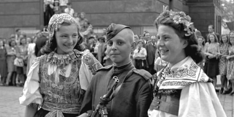 Dívky v Praze vítají osvoboditele