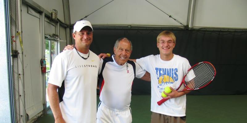 Petr Zoul s věhlasným trenérem a majitelem tenisové akademie IMG na Floridě Nickem Bollettierim a svým prvním svěřencem v USA Maximem Kulikovem.