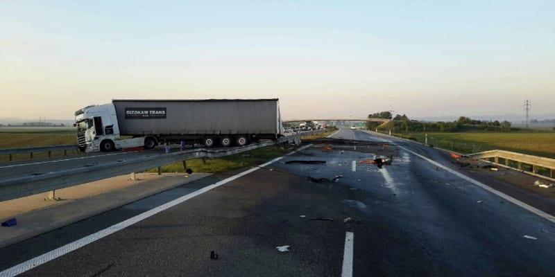 D1 u Přerova v obou směrech zcela uzavřela nehoda kamionu
