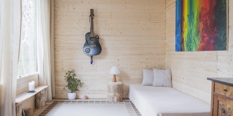 Pohovka může posloužit i jako postel (foto: Adéla Waldhauserová)