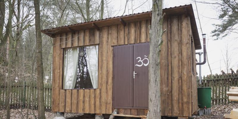 Až na izolaci využil přírodní materiály a postupy přírodního stavitelství (foto: Adéla Waldhauserová)