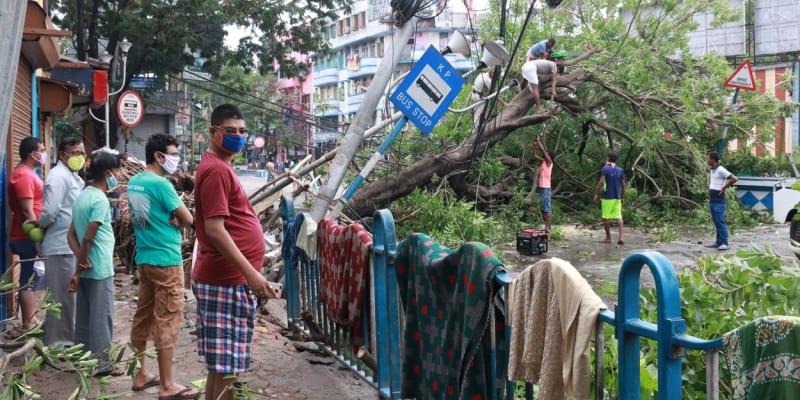 Lidé se scházeli a pozorovali škody.