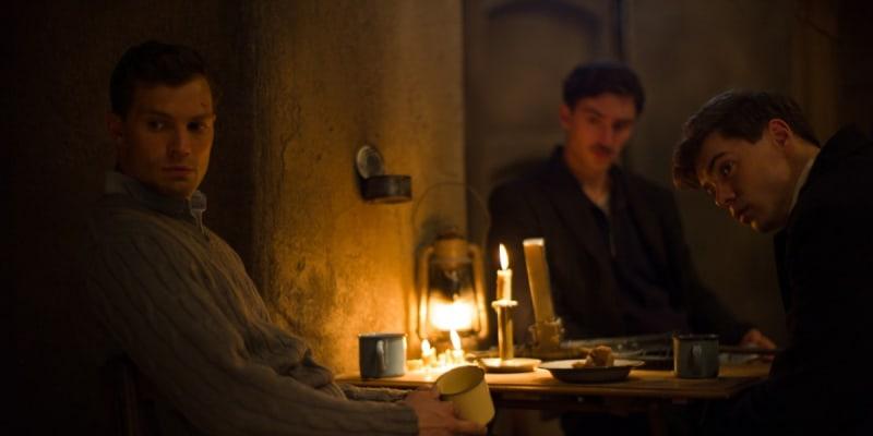 Anthropoid: Snímek končí dramatickou přestřelkou v hollywoodském stylu, ve skutečnosti však nezemřel jediný německý voják.