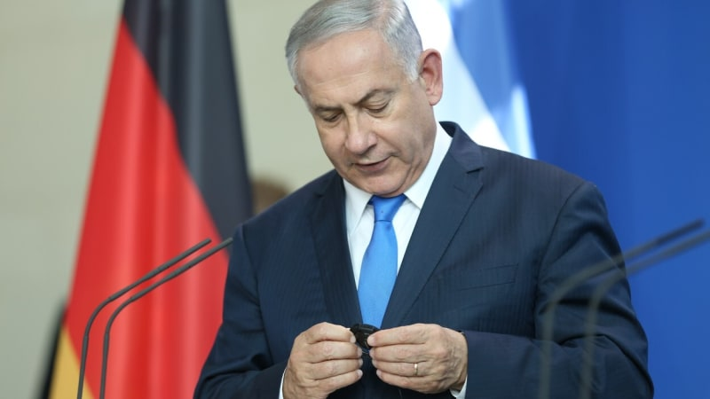 Izraelský premiér Benjamin Netanjahu vinu popírá.