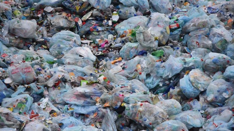 Odpad z jihu Evropy míří na černé skládky v Česku