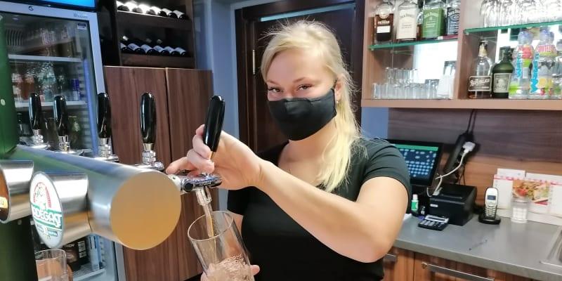 Výčepní  Veronika Majdová z hospody na návsi ve Stonavě