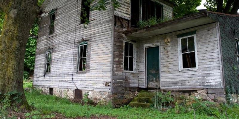 V městě zůstalo jen pár opuštěných budov a sedm obyvatel.