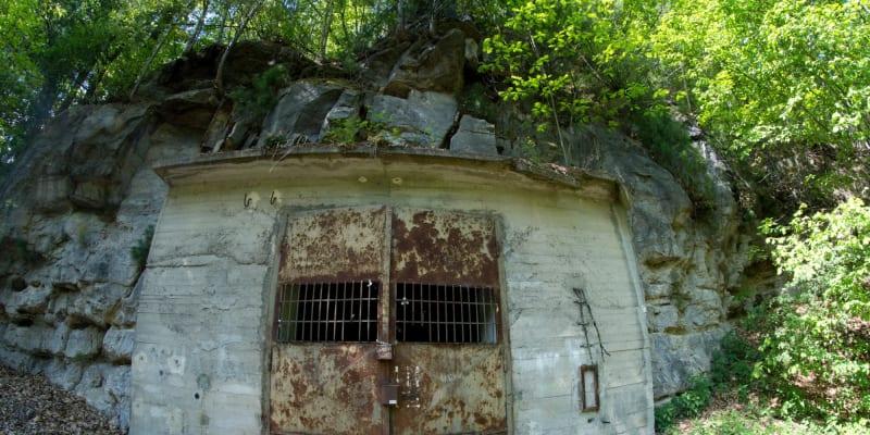 Vstup do skalního masívu podzemní továrny Rabštejn