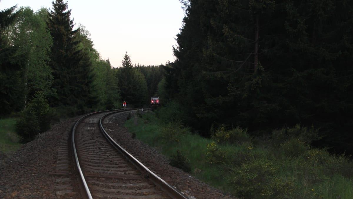 Jedenáctiletou dívku srazil vlak, její o rok mladší bratr nehodě přihlížel