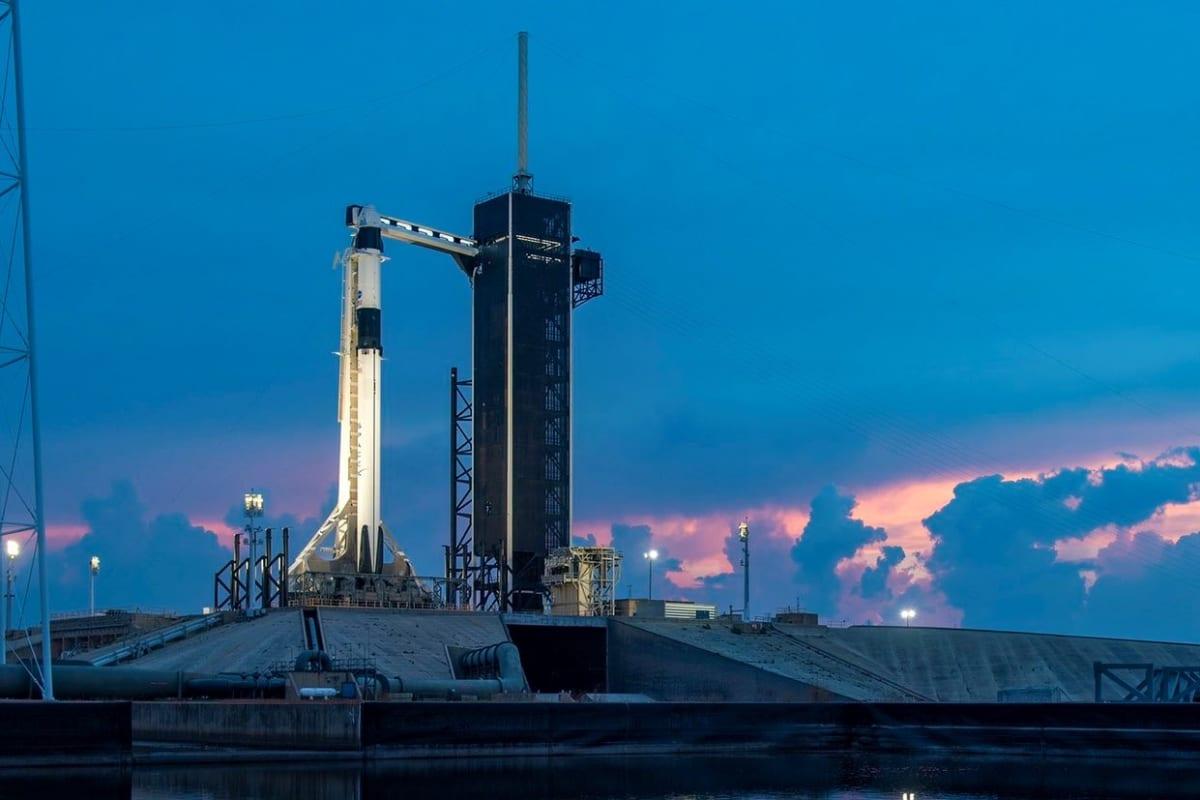 ŽIVĚ: Start odložen kvůli počasí. Muskova raketa Falcon 9 s posádkou k ISS zatím neodletí