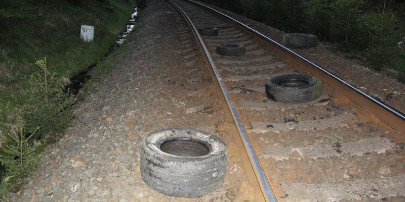 Neznámý pachatel naházel pneumatiky na koleje.