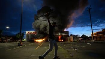 V Minneapolis hoří policejní stanice, násilí v ulicích pokračuje