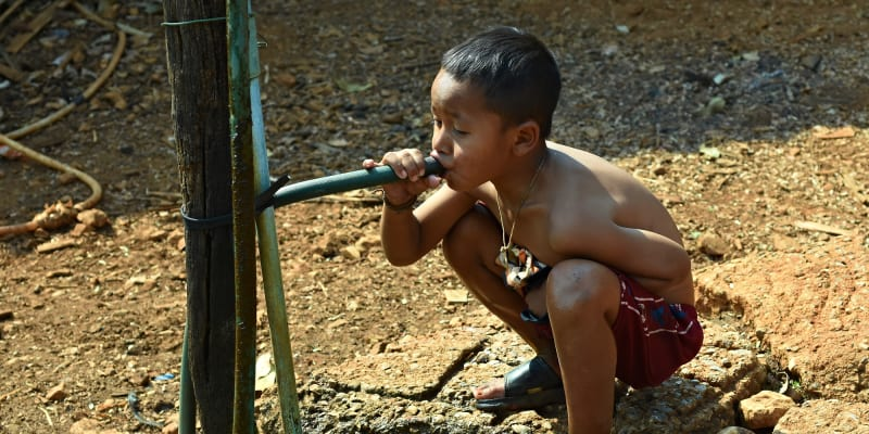 Víte, že celosvětově je 220 milionů lidí ohroženo jedovatým arzénem vyskytujícím se ve vodních zdrojích? Klimatické změny nutí čím dál více lidí pít vodu kontaminovanou jedovatým prvkem, který způsobuje těžké otravy. Zdroj: Science