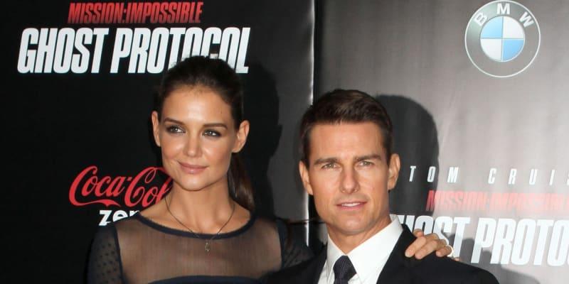 Jako na horské dráze. Tak by se dal popsat vztah herečky Katie Holmesové a herce Toma Cruise. Pár v roce 2006 přivedl na svět dceru Suri, v tomtéž roce také vystrojil jednu z nejdražších svateb všech dob. Konala se na jednom malebném italském hradě za přítomnosti scientologické církve. O necelých šest let později podala herečka žádost o rozvod. Pár podepsal dohodu, Holmesová si ponechala v péči jejich dceru, zatímco Cruise pokračoval v budování své kariéry.