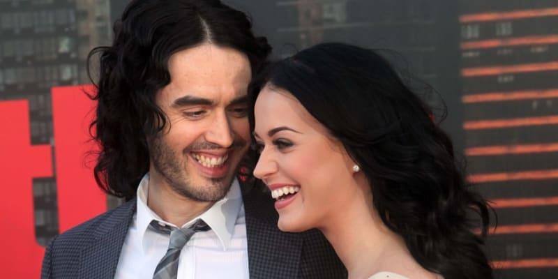 Zpěvák a herec Russell Brand se seznámil se zpěvačkou Katy Perryovou při nácviku předávání cen MTV. Následovaly rychlé zásnuby v Indii a dokonce i tradiční indická svatba. Oba si však brzy poté uvědomili, že mají v životě jiné priority, a dva roky po zásnubách oznámil Brand své ženě přes SMS, že se chce rozvést. Ze 44 milionů, které během jejich manželství zpěvačka vydělala, si nevzal ani dolar.