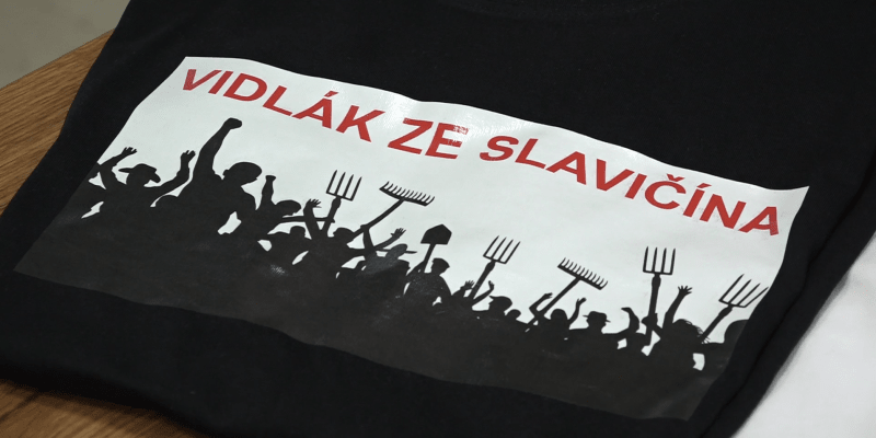 Od vedení města dostal Hřib kromě slivovice a zavařeniny s hřiby i ručně dělané vidle a recesistický balíček s plackami a tričky s nápisem Vidlák ze Slavičína.