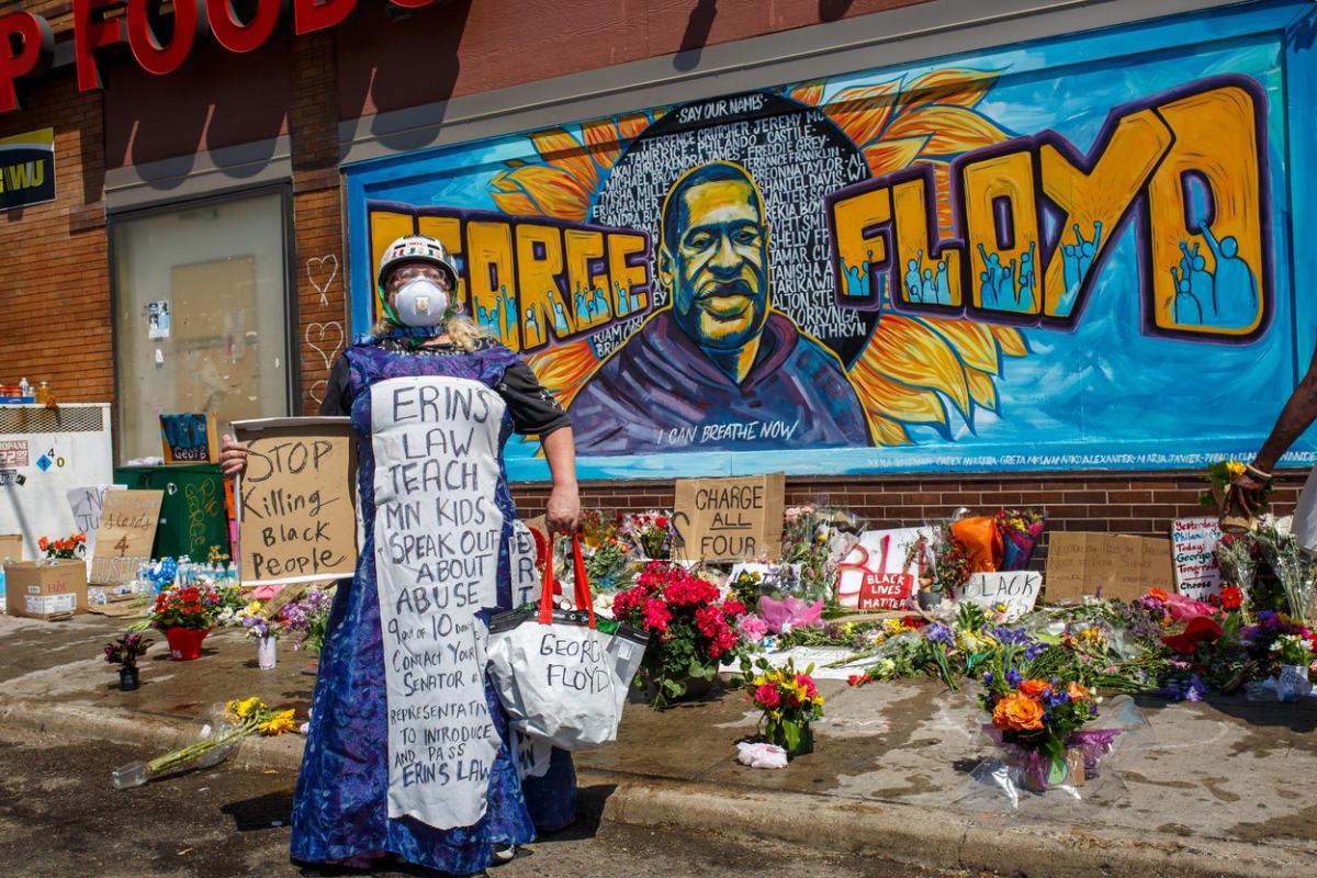 Nezávislá pitva: Floyd zemřel následkem udušení po soustavném tlaku