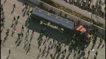 VIDEO: Cisterna vjela do protestujících na dálnici u Minneapolisu, dav řidiče napadnul