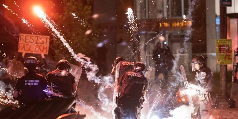 Policisté při demonstraci.
