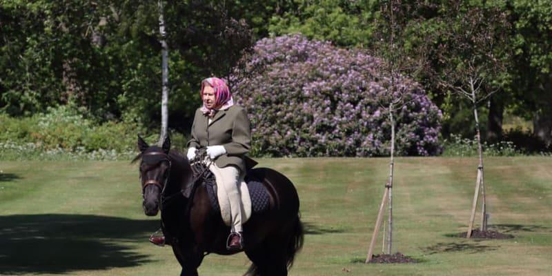 Alžběta II. během projížďky ve windsorském sídle (zdroj: Royal Family)