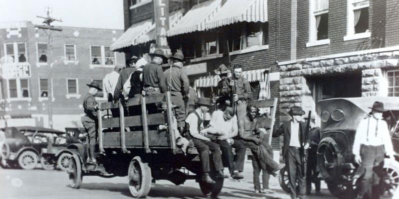 Do čtvrti Greenwood přijely davy bělochů.
